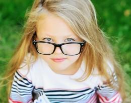menina_oculos